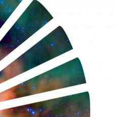 Seitsemän sektorin muodostama, kellotaulun vartin muotoinen viuhka, jonka sisältä pilkistää kosminen, vihreäsävyinen NASAn avaruuskuva .