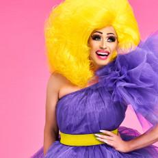 Ihana Miss Divet liilassa tylliasussa pinkkiä taustaa vasten.