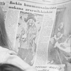 Festivaalivieraat lukevat lehteä Ruisrockissa 1971, kuva Turun Sanomista