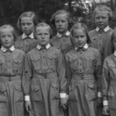 Pornaisten pikkulottia valokuvassa