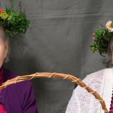 Kuvassa Kukonkallion hoivakodin asukkaita kukka-asetelma- ja valokuvaustyöpajassa yhteisötaideprojektissa Taide tulee luo