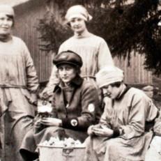 Ryhmä lottia sodan aikana - valokuva Lotta Svärd 100 vuotta sivuilta