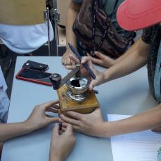 Lapset tutkivat kahvimyllyä
