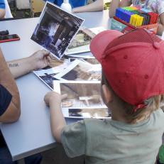 Lapset katsovat vanhoja valokuvia.