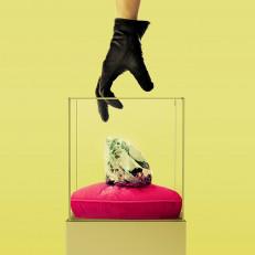 Musta hansikaskäsi kurottuu vohkimaan timantin lasivitriinistä