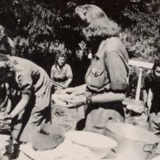 Valonheitinlotat Degerössä tiskaamassa 1944